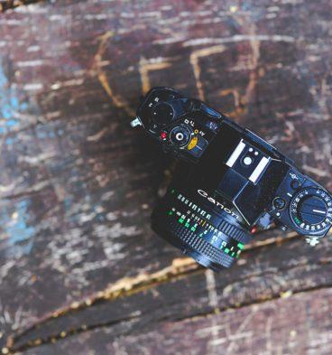 Beispiel Bilder SEO: Vintage Fotocamera auf Holztisch